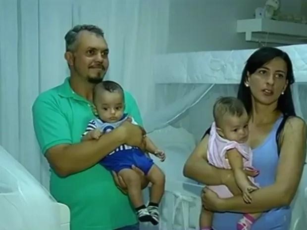 Pais comemoram a saúde dos bebês, em Itumbiara, Goiás (Foto: Reprodução/ TV Anhanguera)