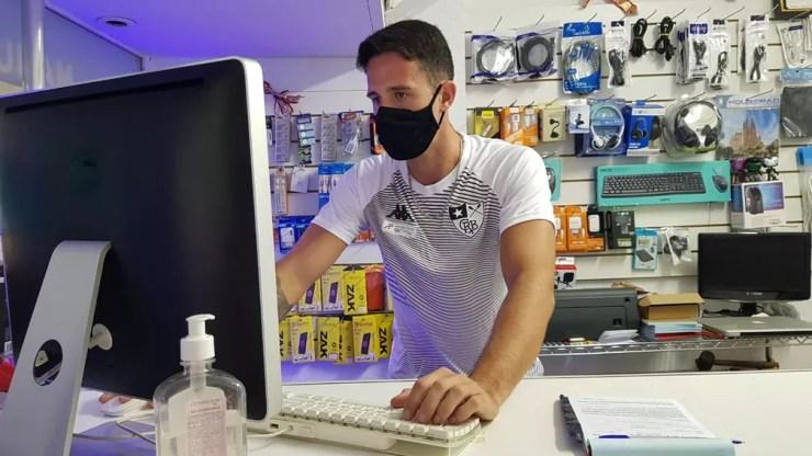 Lucas Verthein também trabalha em loja de conserto de eletrônicos na Tijuca — Foto: Helena Rebello
