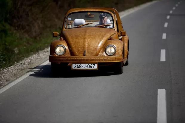 Bósnio Momir Bojic, de 71 anos, foi fotografado dirigindo seu Fusca conversível feito de madeira em uma estrada em Celinac (Foto: Dado Ruvic/Reuters)