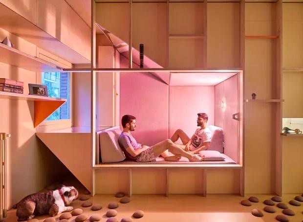 A cama fica inserida entre um painel grande de madeira (Foto: José Hevia./ Dezeen)
