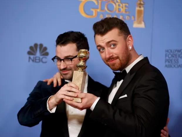 Sam Smith (à direita) e Jimmy Napes recebem o Globo de Ouro de melhor canção por 'Writing's on the Wall', do filme '007 contra Spectre' (Foto: REUTERS/Lucy Nicholson)