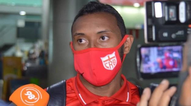 Contra o Paysandu, Claudinei chegou a marca de 150 jogos pelo CRB — Foto: Maxwell Oliveira/CRB