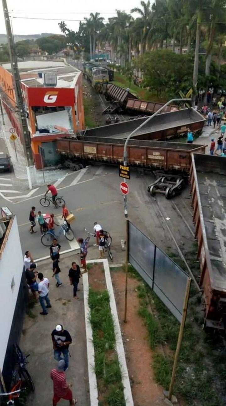 Trem descarrila em Prudente de Morais, na Região Central de Minas Gerais, e atinge loja. — Foto: Reprodução/Redes sociais