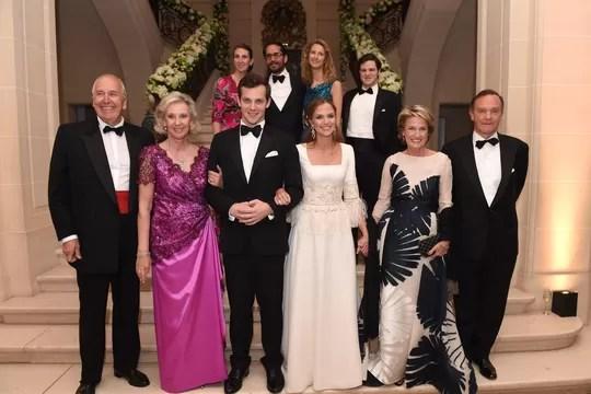 Os noivos com os respectivos pais na noite black-tie que aconteceu no castelo  (Foto: Divulgação)