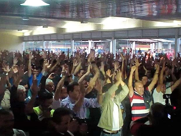 Policiais militares do DF votam a favor de proposta de reajuste do GDF em assembleia realizada na tarde desta terça (18) (Foto: Ricardo Moreira/G1)