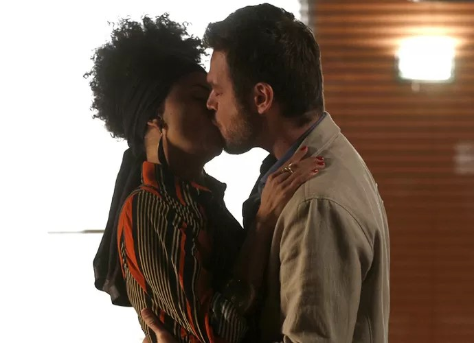 Pedro joga todo seu charme para convencer Carola (Foto: Inácio Moraes/Gshow)