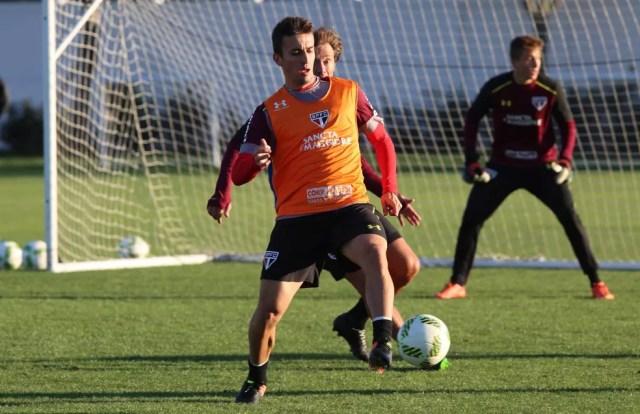 De saída, João Schmidt será titular no clássico  (Foto: Rubens Chiri/saopaulofc.net)