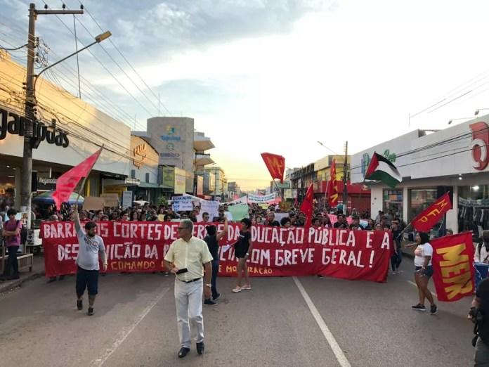 PORTO VELHO, 17h45: Manifestantes realizam passeata pelo centro da cidade — Foto: Marisson Dourado/CBN