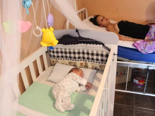 O pequeno Davi Henrique já está com dois meses e fica sempre perto da mãe (Foto: Carlos Dias/G1)