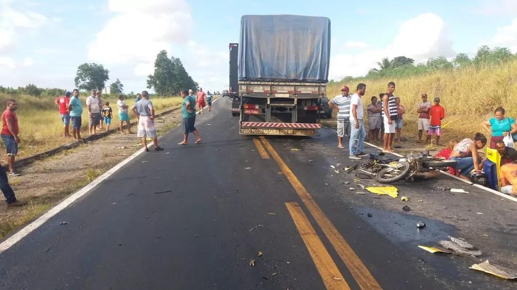 Mulher morre após acidente entre duas carretas e uma moto — Foto: Polícia Rodoviária Federal