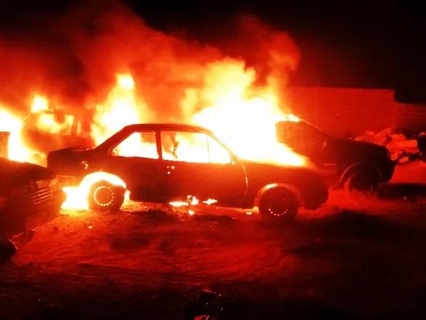 Em Currais Novos, no Seridó potiguar, quatro carros da Secretaria de Saúde foram incendiados (Foto: PM/Divulgação)