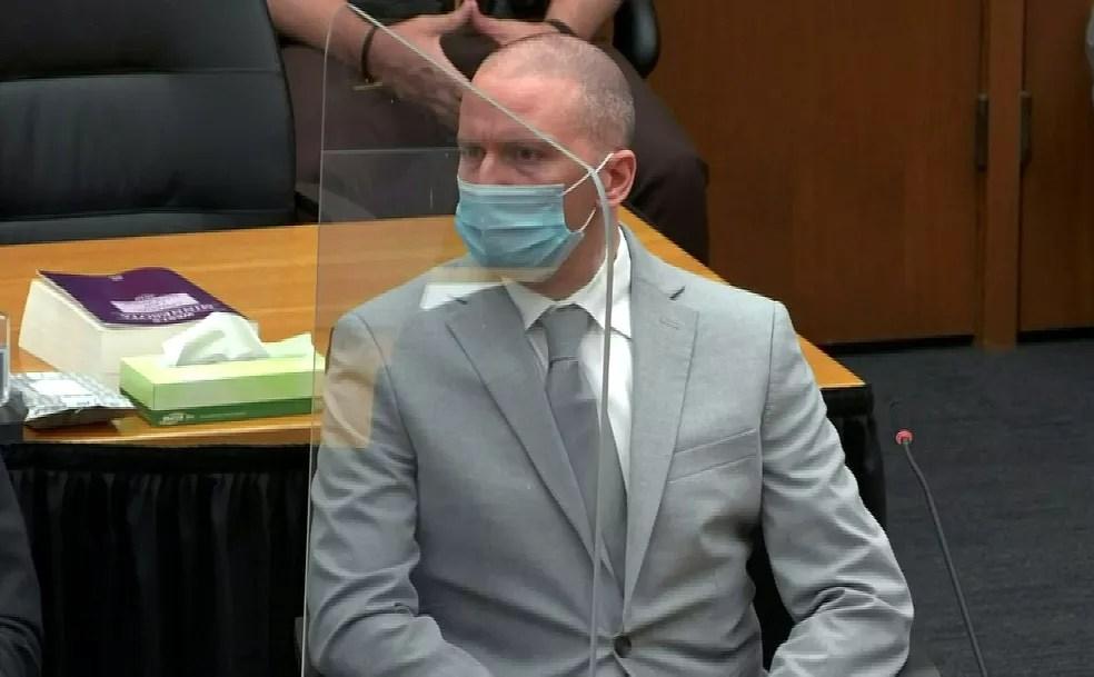 O ex-policial Derek Chauvin durante a leitura de sua sentença pela corte de Mineápolis em 25 de junho de 2021 — Foto: Pool/Reuters