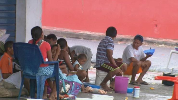 Índios venezuelanos vivem como podem nas ruas de Pacaraima (Foto: Reprodução/Rede Amazônica Roraima)