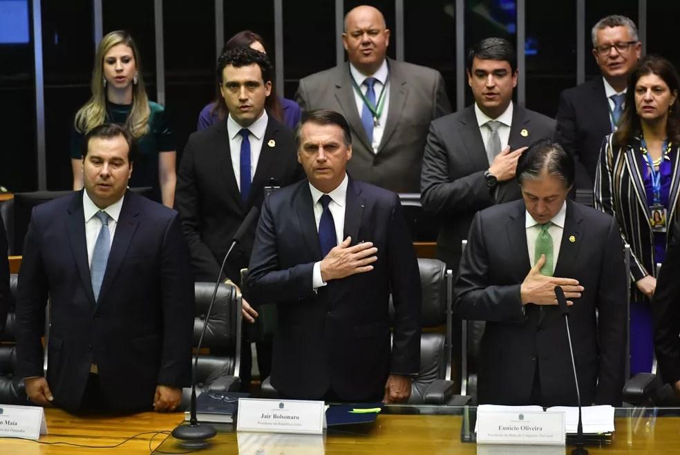 Jair Bolsonaro durante execução do hino nacional antes de ser empossado como novo presidente do Brasil, em Brasília — Foto: Nelson Almeida/AFP