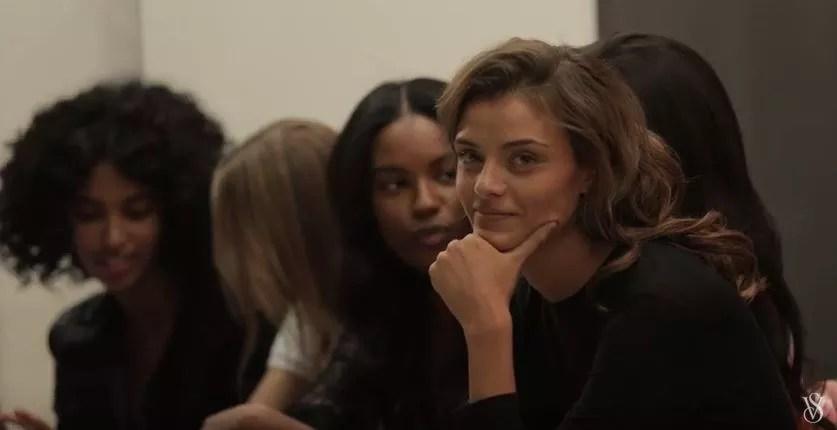 Lais Oliveira aparece logo nas primeiras cenas do clipe (Foto: Reprodução)