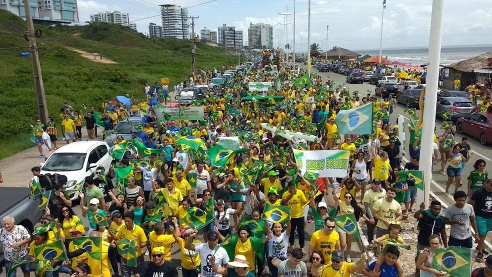 SÃO LUÍS: 11h55. Manifestantes fazem passeata neste domingo (26) em apoio ao governo Bolsonaro na Avenida Litorânea — Foto: Douglas Pinto/TV Mirante