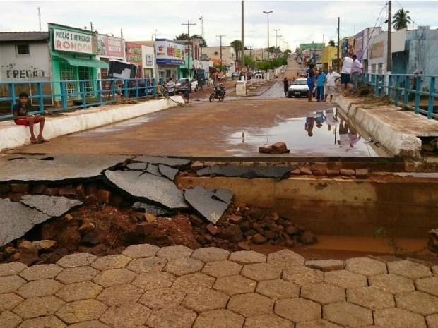 Ponte ficou destruída após Rio Areias transbordar no centro de Arenápolis. (Foto: Marcelo Souza / TVCA)