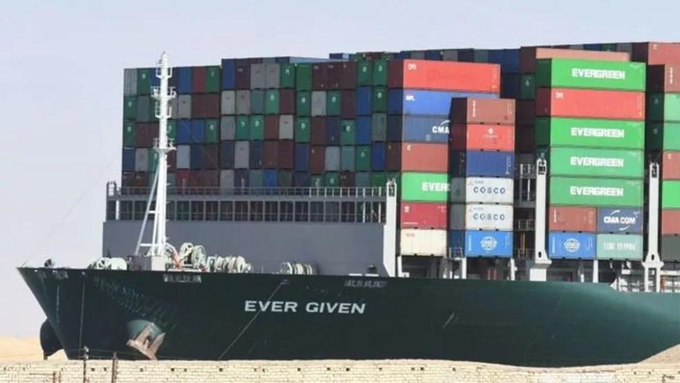 Quase dois milhões de barris de petróleo e aproximadamente 8% do gás natural liquefeito passam pelo Canal de Suez todos os dias — Foto: Getty Images/BBC