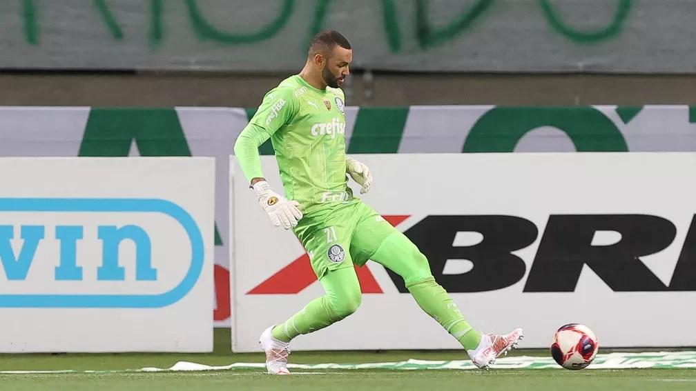 Weverton tem jogado cada vez mais com os pés no Palmeiras — Foto: Cesar Greco