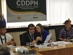 O ministro da Justiça, José Eduardo Cardozo, e a ministra Maria do Rosário, dos Direitos Humanos, em reunião com índios guarani-kaiowá em Brasília (Foto: Nathalia Passarinho / G1)