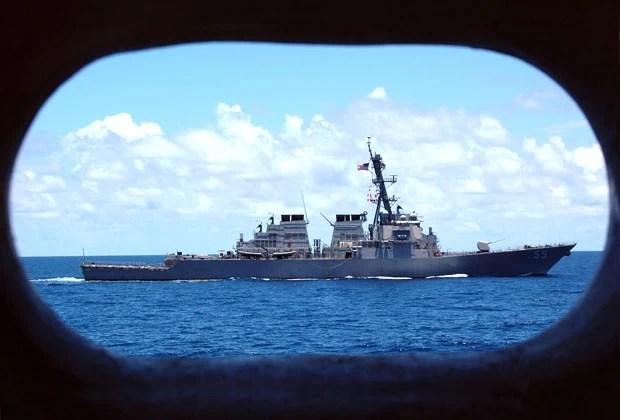 Foto de 2005 mostra o destroier USS Stout se preparando para exercício (Foto: Marinha dos EUA/AFP)