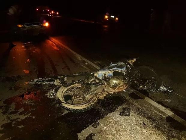 Motocicleta pegou fogo após colisão (Foto: Blog do Sigi Vilares)