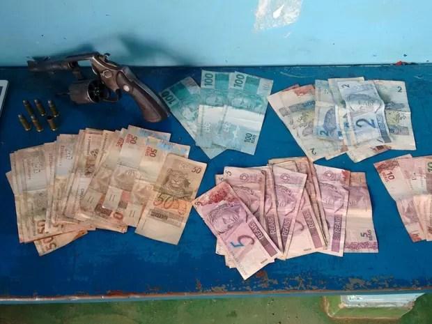 Arma e cerca de R$ 2 mil em dinheiro foram apreendidas com suspeito  (Foto: 190 Online/ Reprodução)
