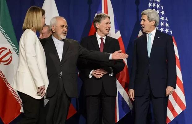 Da esquerda: Federica Mogherini (representante de assuntos exteriores da UE),  Mohammad Javad Zarif (ministro do extereior iraniano), Philip Hammond (secretário do exterior britânico) e John Kerry (secretário de Estado americano) (Foto: AP)