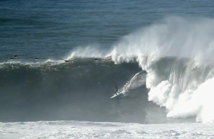 Surfista enfrenta mar agitado em Half Moon Bay, na Califórnia, nos EUA, na segunda-feira (17)  — Foto: Ezra Shaw / Getty Images / AFP