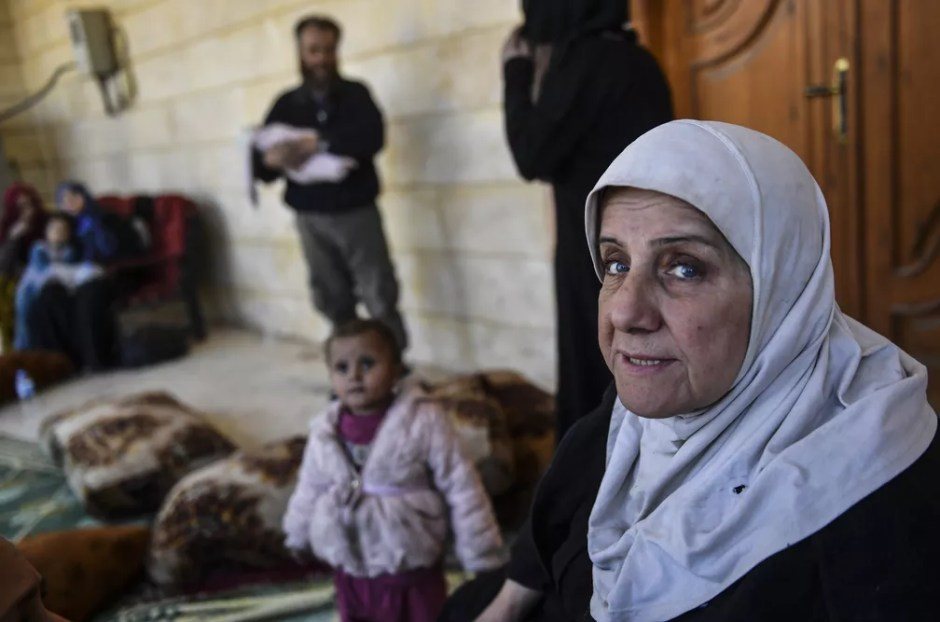 Oum Alaa teve integrantes de sua família usados como escudo humano pelo Estado Islâmico (Foto: Bulent Kilic / AFP )