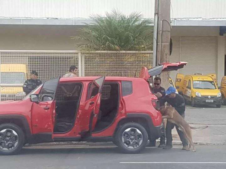Carro de casal detido ao sair de agência dos Correis no DF com 2 kg de haxixe é vistoriado com a ajuda de cães farejadores — Foto: PMDF / Divulgação