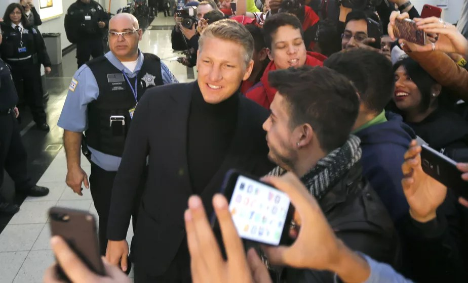 Schweinsteiger é recebido com festa e muitas selfies em Chicago