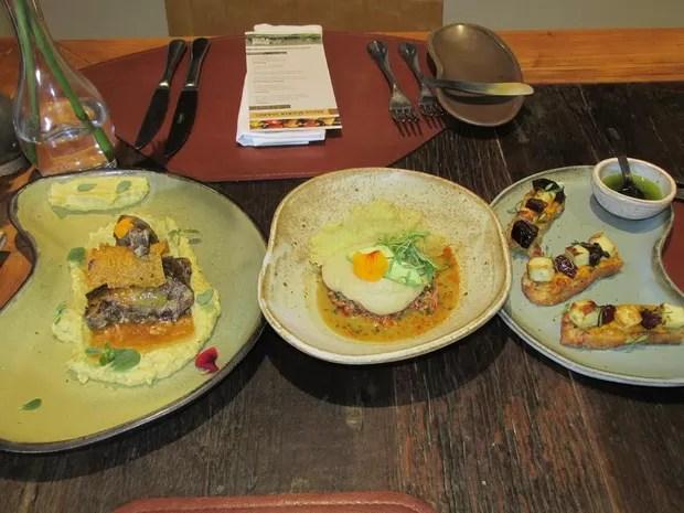 Capote, caranguejo e rosca de polvilho compõem outros pratos do cardápio (Foto: Catarina Costa/G1)