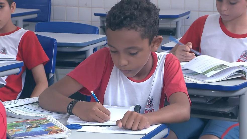 Ian é estudante do 4º ano em uma escola municipal de João Pessoa; ele pediu um emprego para a mãe ao Papai Noel dos Correios (Foto: Reprodução/TV Cabo Branco)