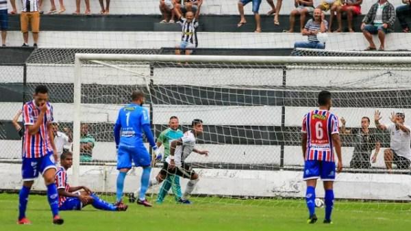 Alef Manga comemora o gol do ASA