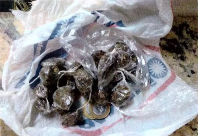 Porções de drogas foram apreendidas com suspeitos presos por tráfico — Foto: Polícia Militar/Divulgação