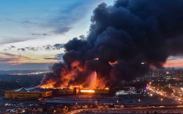 Incêndio aconteceu em shopping especializado em materiais de construção e decoração neste domingo (8) (Foto: Vasily Maximov/AFP)