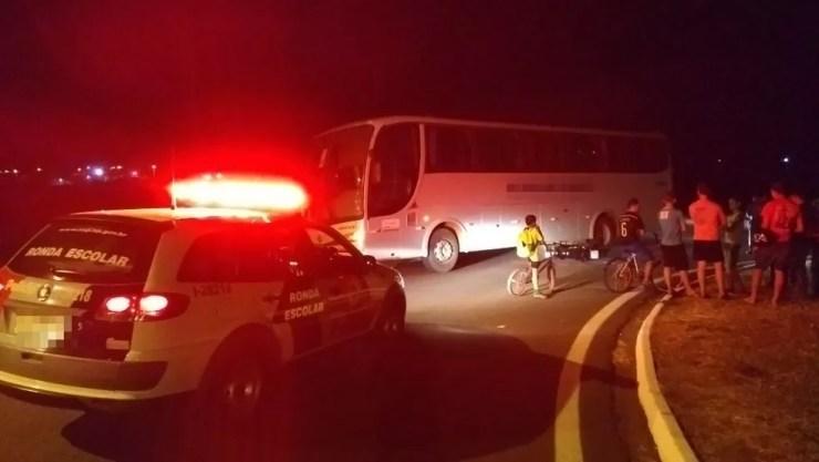 Ônibus acabou atingindo a moto que vinha pela rodovia (Foto: Eduardo Monteiro/TV TEM)