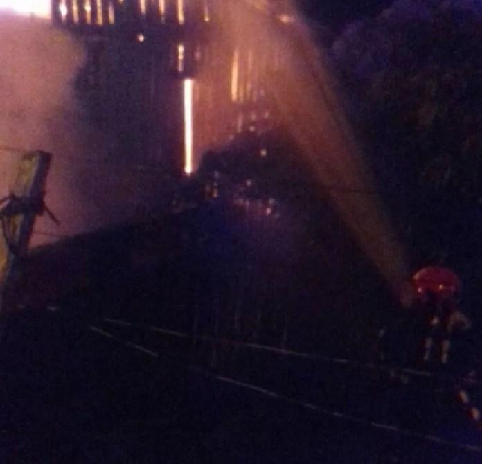 Bombeiros foram acionados para conter chamas em Cruzeiro do Sul  (Foto: Divulgação/ Corpo de Bombeiros )