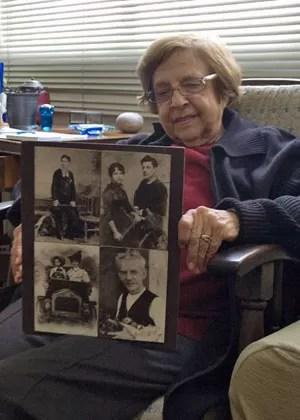 Maria Luiza Vieira mostra em sua casa uma montagem que fez a partir de fotos de seu avô (Foto: Fábio Tito/G1)