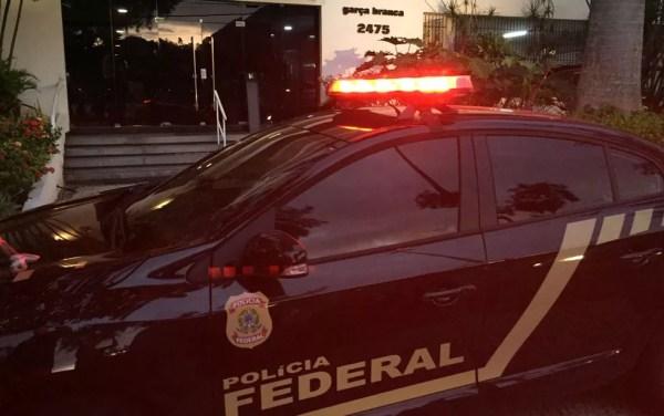 Policiais cumprem mandados de prisão e de busca e apreensão em vários endereços no Rio (Foto: Fernanda Rouvenat / G1)