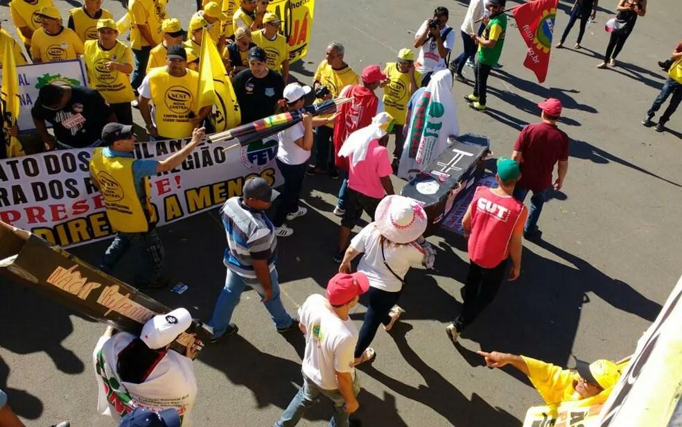 Manifestantes carregam caixão pela Esplanada dos Ministérios, onde fazem concentração para ato contra reformas do governo Temer (Foto: Beatriz Pataro/G1)