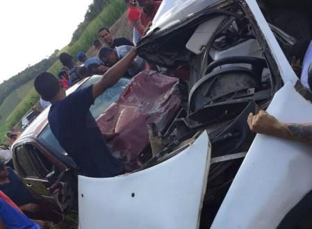 Veículos ficaram destruídos após acidente com três mortos e três feridos, em Sirinhaém, no Litoral Sul de Pernambuco (Foto: Reprodução/WhatsApp)