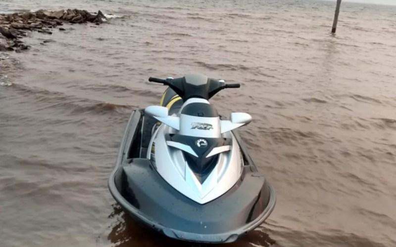 Reprodução de vídeo mostra uma moto aquática — Foto: Reprodução/TV Anhanguera
