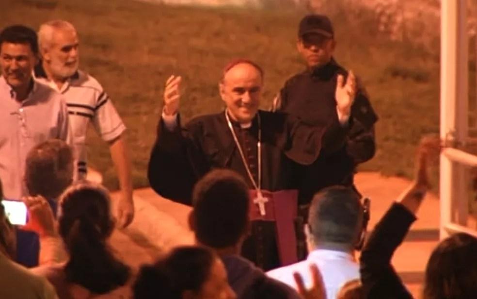Bispo e padres suspeitos de desviar dízimo deixam a cadeia e são recebidos com festa em Formosa (Foto: TV Anhanguera/Reprodução)