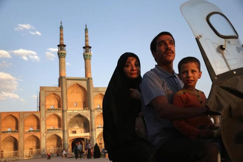 Uma família numa motocicleta no centro de orações Amir Chakhmaq Hosseinieh, em Yazd (FOTO: REPRODUÇÃO)