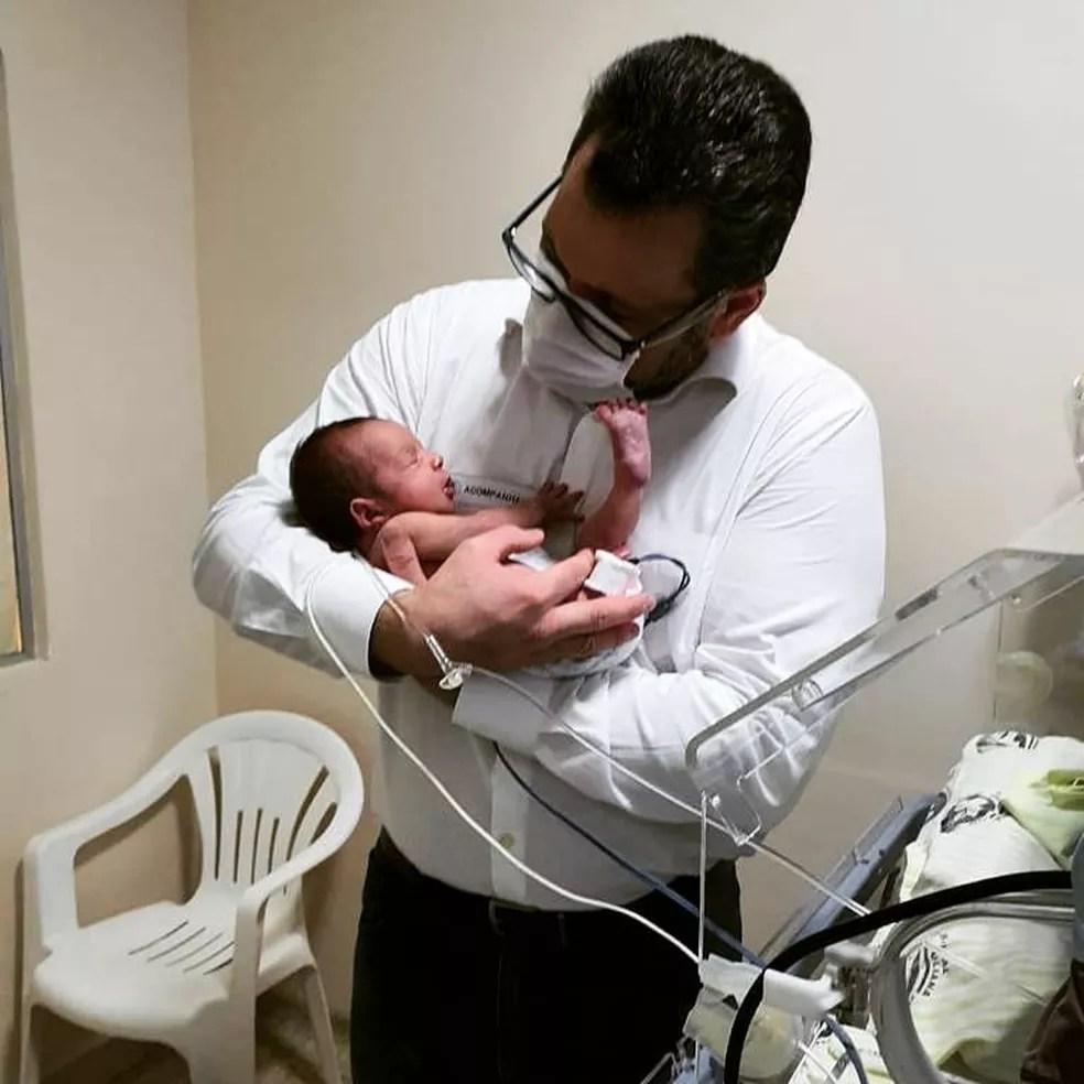 Deputado Alan Rick segura o filho Pedro que nasceu prematuro — Foto: Arquivo pessoal