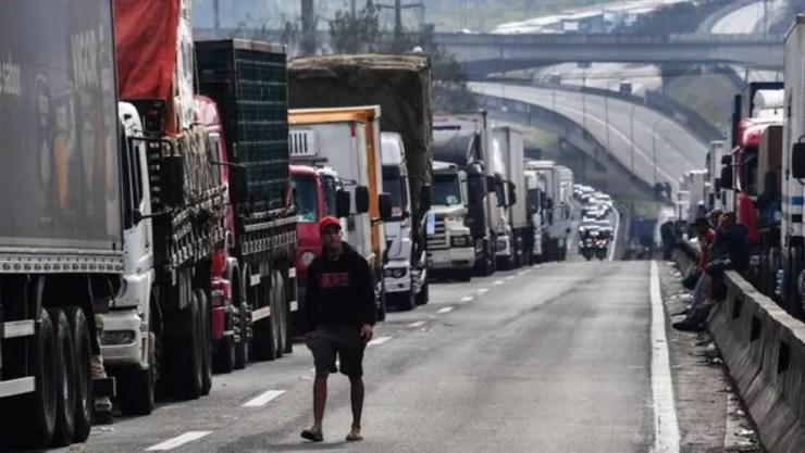Caminhoneiros bloqueiam a rodovia Regis Bittencourt, na região metropolitana de São Paulo, no sexto dia da greve (Foto: Getty Images)