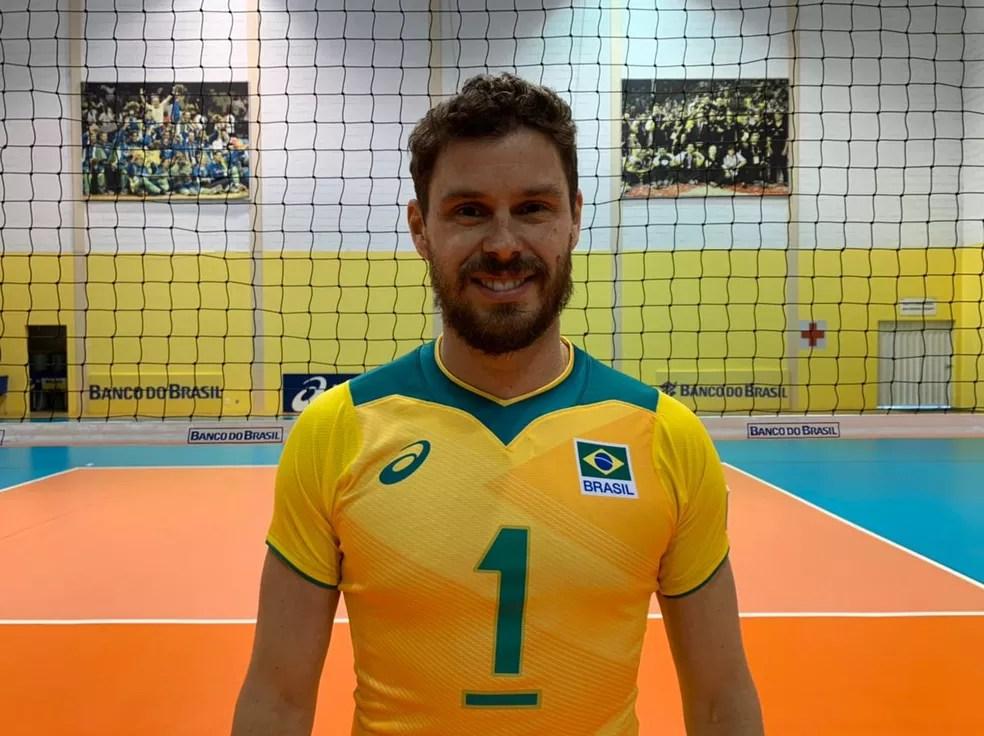 Bruninho com o novo uniforme da seleção de vôlei — Foto: Divulgação