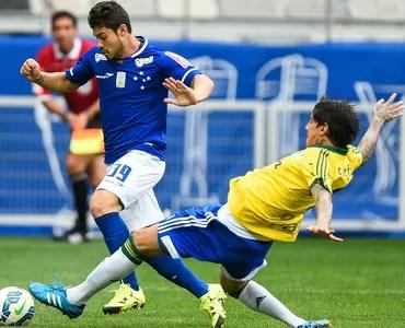 Vinícius Araújo disputa bola com Lucas (Foto:  Fred Magno/ LightPress)